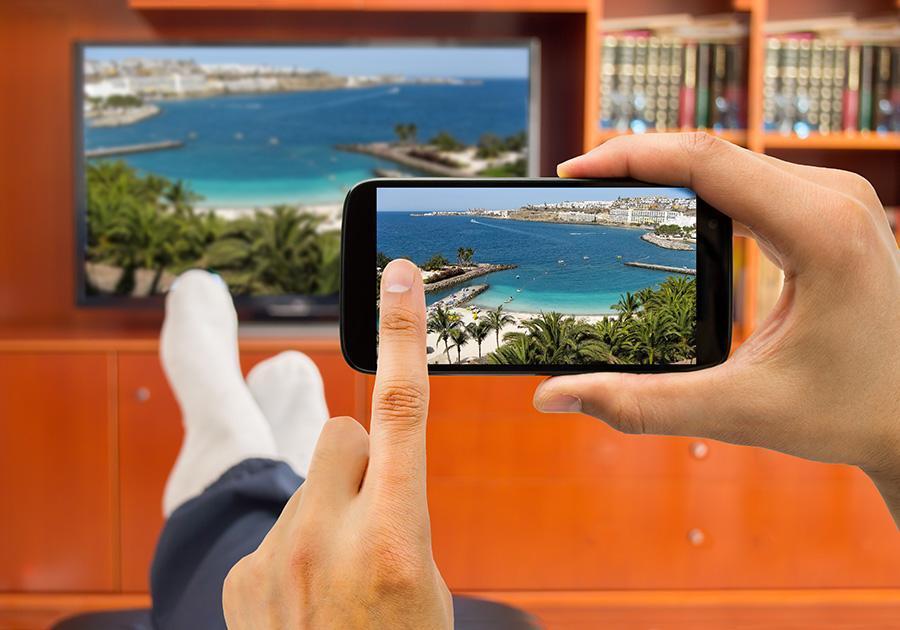 Saiba como assistir TV pelo celular de graça