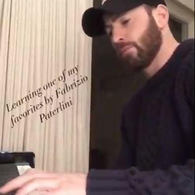 Chris Evans faz uma serenata para os fãs com suas habilidades secretas no piano