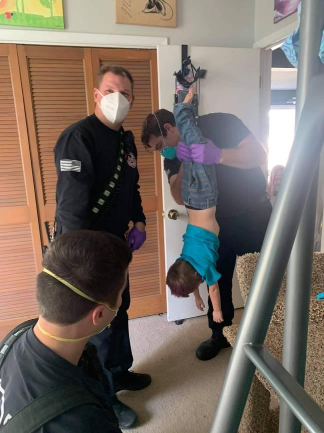 Bombeiros são chamados para resgatar menino que ficou com a cabeça presa no poste de arranhadura de gato