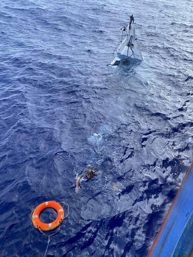 Marinheiro é resgatado de um barco emborcado a 86 quilômetros da costa, um dia após ter desaparecido