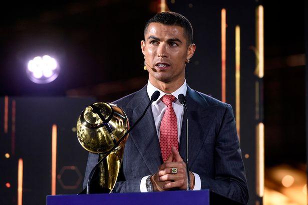 Cristiano Ronaldo vence Lionel Messi e ganha o prêmio de Jogador do Século em cerimônia em Dubai