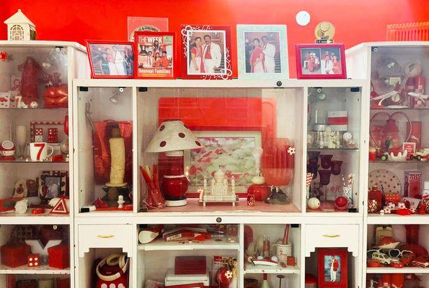 Conheça a família que só usa vermelho e branco - e mais em uma casa vermelha e branca