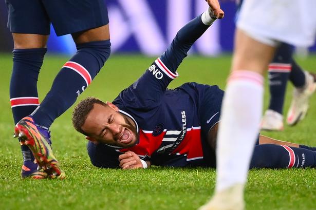 Após entrada violenta, suspeita de Neymar ter quebrado o tornozelo