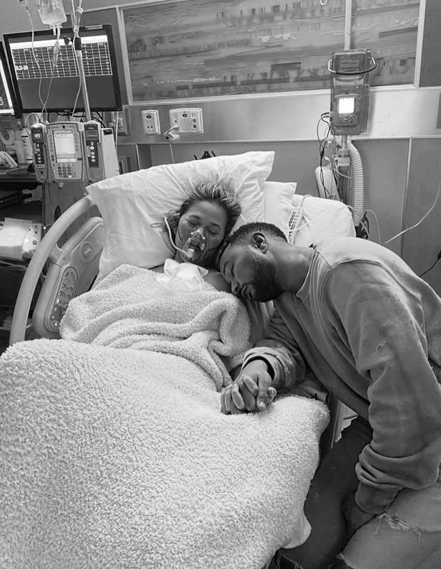 Bebê de Chrissy Teigen e John Legend morre após parto prematuro - Quem |  QUEM News
