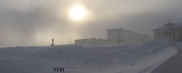 Barco fica preso no gelo e afunda nas águas geladas do Ártico
