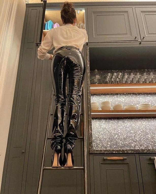 A cozinha dos Beckhams é tão épica que precisa de uma escada para chegar aos armários superiores