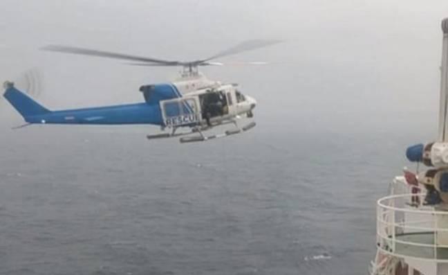 Dois homens são salvos depois de passar a noite em águas infestadas de tubarões