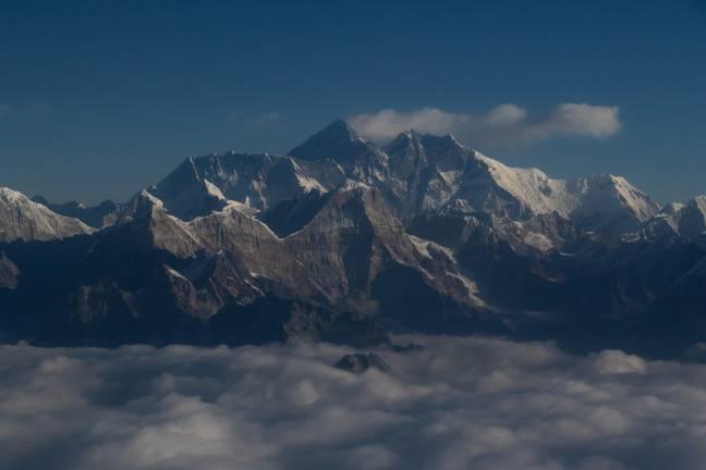 O Monte Everest é quase um metro mais alto do que se pensava anteriormente