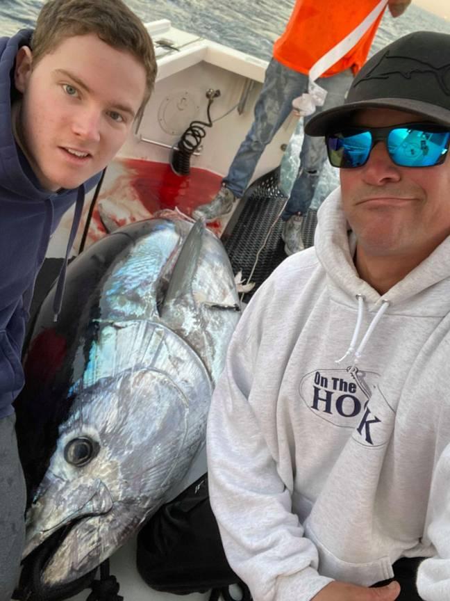 Pescador furioso após o tubarão branco morder seu atum premiado