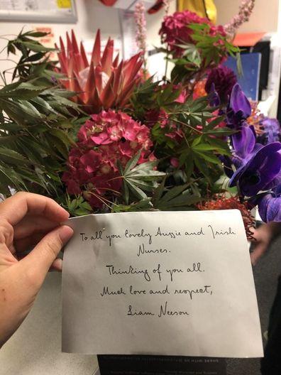 Liam Neeson envia flores e 'muito amor e respeito' à equipe de enfermagem do hospital de Melbourne