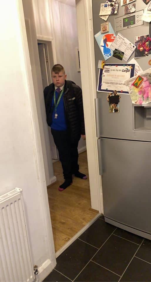 Menino de 12 anos confiscou equipamento de DJ após organizar rave nos banheiros da escola
