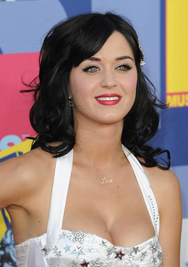 Katy Perry fingiu ser Zooey Deschanel para entrar em clubes