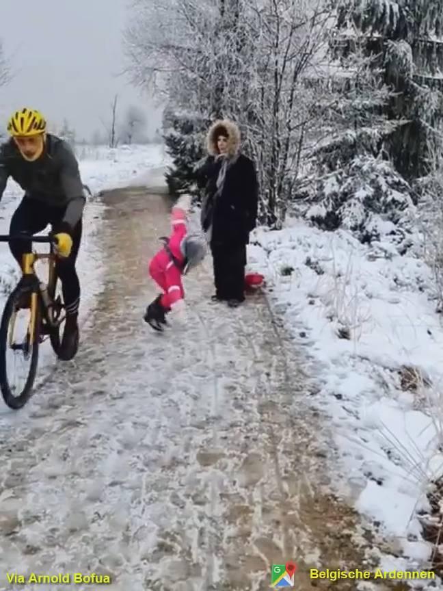 """Ciclista impaciente que atropelou """"deliberadamente"""" uma garota no caminho se recusa a se desculpar"""