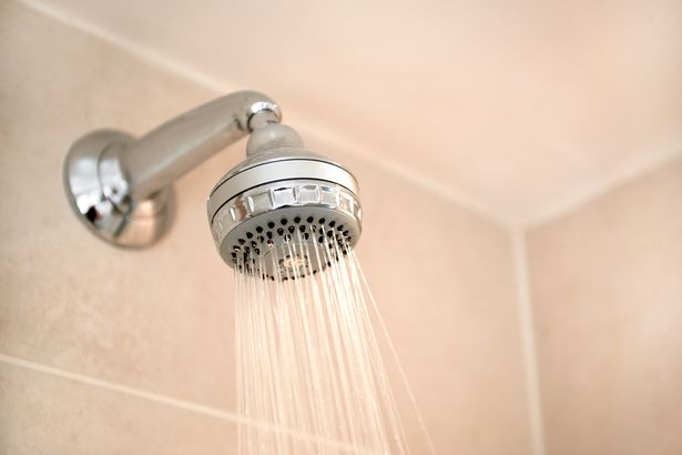"""Mulher inicia um debate acirrado após compartilhar o hábito de tomar banho que ela acha que é """"normal"""""""