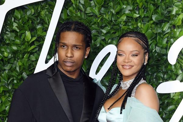 Rihanna aparece usando lingerie transparente com suspensórios e botas de cano alto