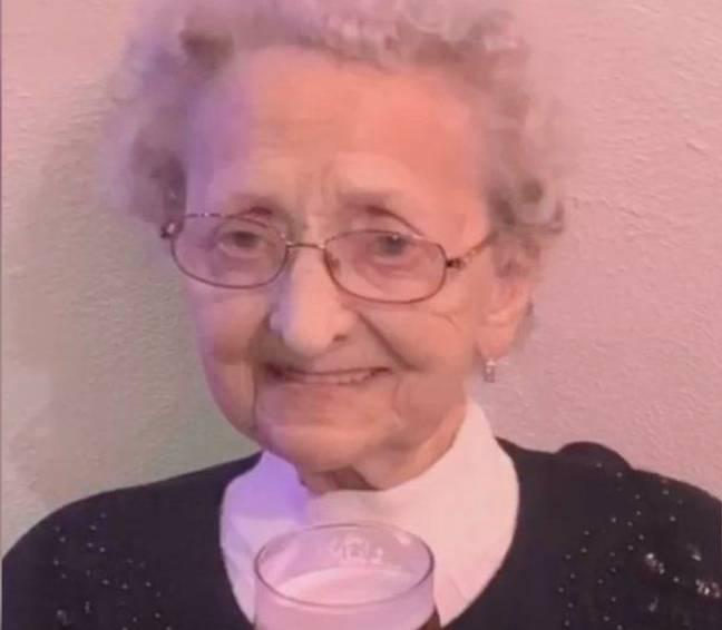 Uma das gêmeas idênticas mais velhas do Reino Unido morre com Covid