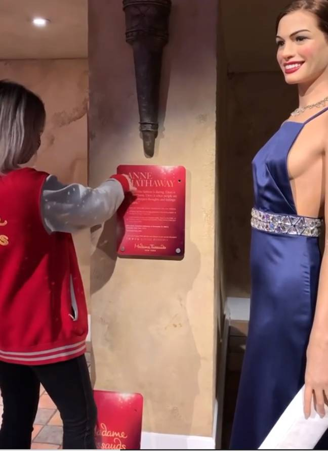 Estátua de Anne Hathaway terá nome modificado no museu Madame Tussauds