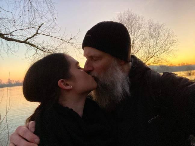 Aluna se apaixona pelo professor de filosofia on-line 27 anos mais velho