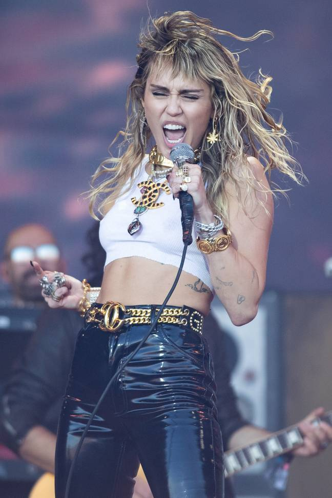 Miley Cyrus diz que 'faz mais sentido' para ela namorar mulheres