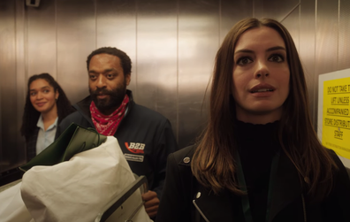 Anne Hathaway e Chiwetel Ejiofor encenam um assalto à quarentena no trailer Locked Down